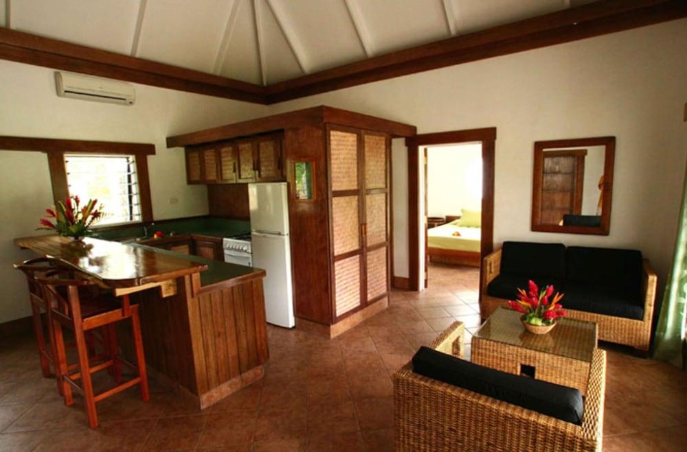 https://i.travelapi.com/hotels/2000000/1330000/1324100/1324010/cb6456d9_z.jpg