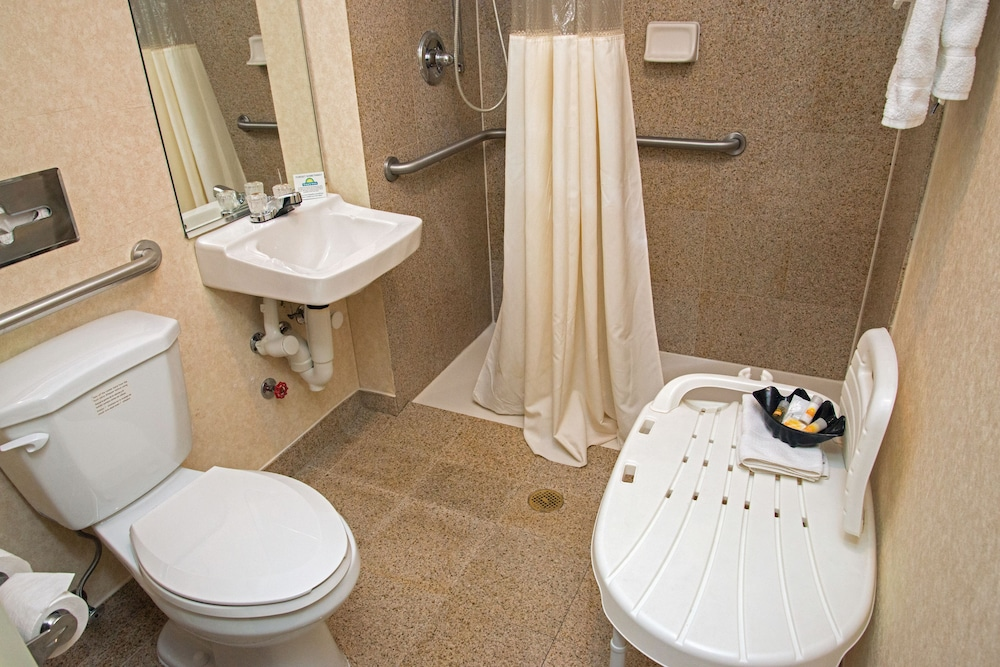 데이즈 인 바이 윈덤 자메이카/JFK 에어포트(Days Inn by Wyndham Jamaica / JFK Airport) Hotel Image 16 - Bathroom