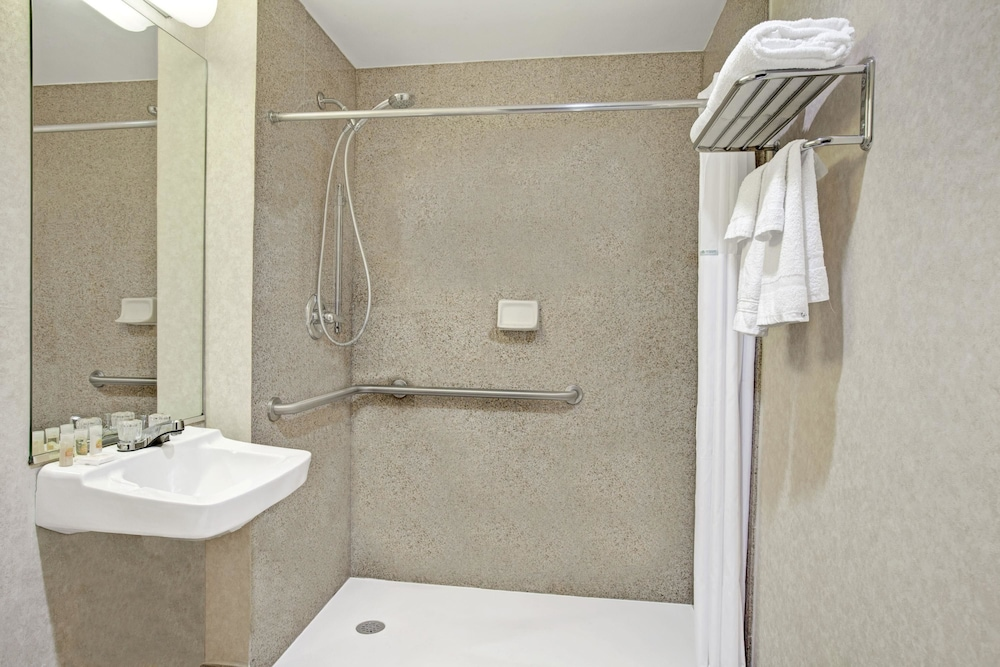데이즈 인 바이 윈덤 자메이카/JFK 에어포트(Days Inn by Wyndham Jamaica / JFK Airport) Hotel Image 18 - Bathroom