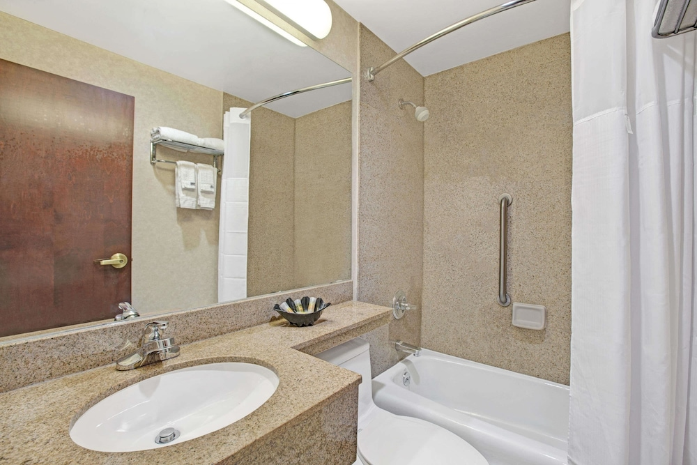 데이즈 인 바이 윈덤 자메이카/JFK 에어포트(Days Inn by Wyndham Jamaica / JFK Airport) Hotel Image 19 - Bathroom