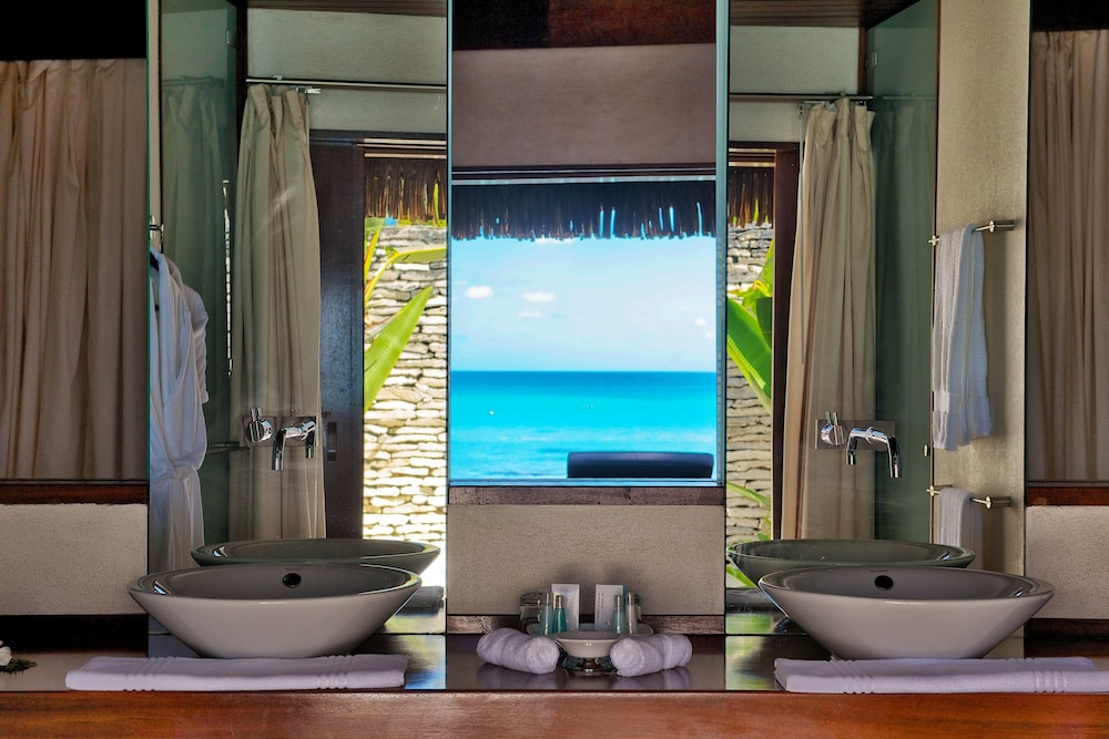 https://i.travelapi.com/hotels/2000000/1330000/1329100/1329033/1042d8e6_z.jpg