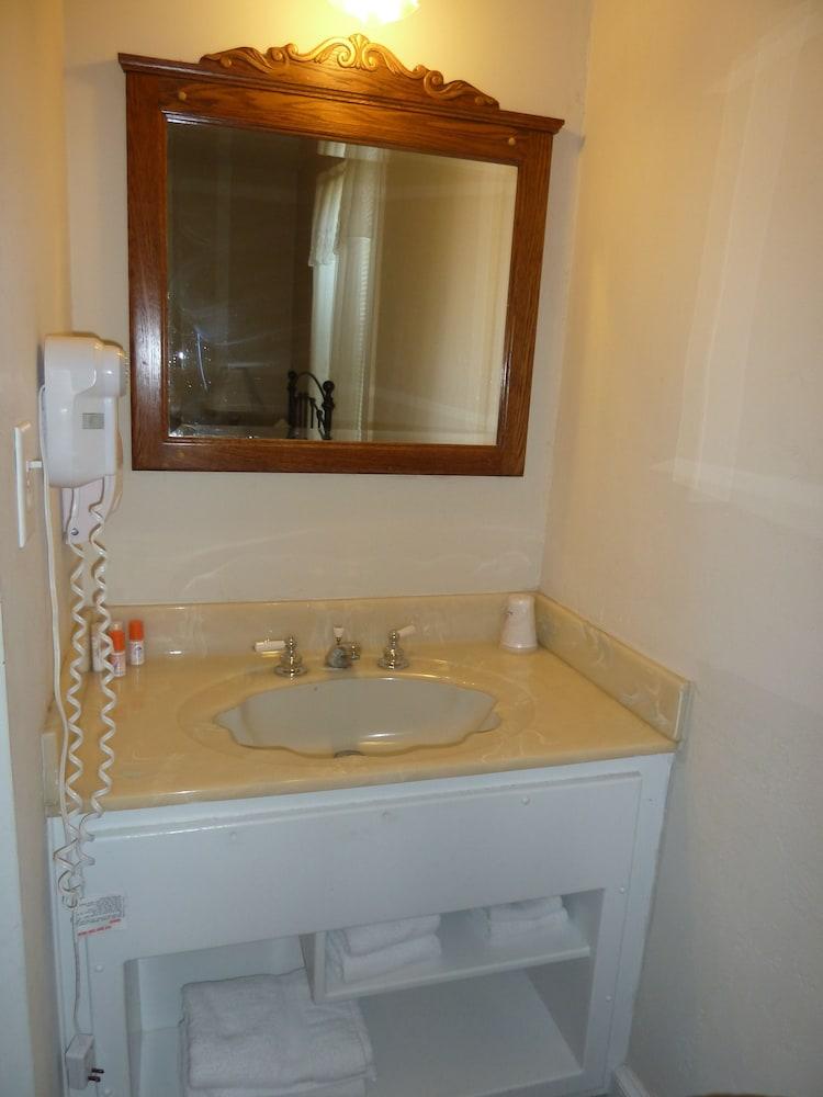 아메리카스 베스트 밸류 인 & 스위트 - 로열 캐리지(Americas Best Value Inn & Suites-Royal Carriage) Hotel Image 18 - Bathroom Sink