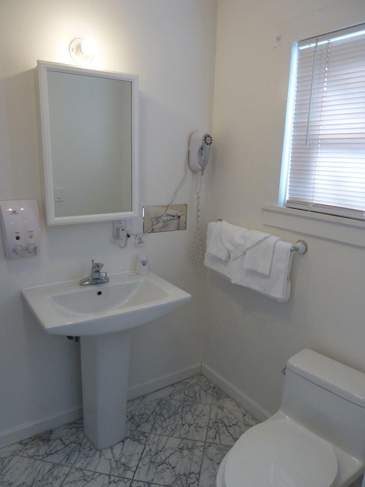 아메리카스 베스트 밸류 인 & 스위트 - 로열 캐리지(Americas Best Value Inn & Suites-Royal Carriage) Hotel Image 17 - Bathroom