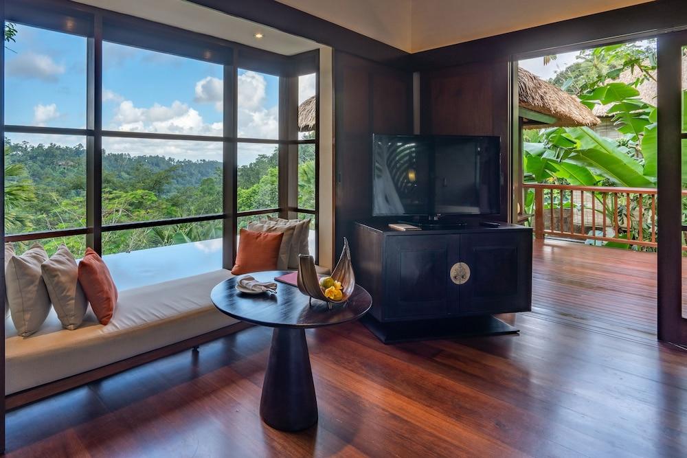 https://i.travelapi.com/hotels/2000000/1350000/1341900/1341847/dca21f56_z.jpg