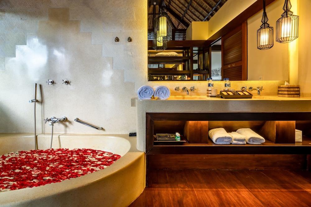 https://i.travelapi.com/hotels/2000000/1350000/1341900/1341847/df47e861_z.jpg