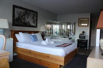 Honeymoon Suite, 1 Queen Bed, Jetted Tub