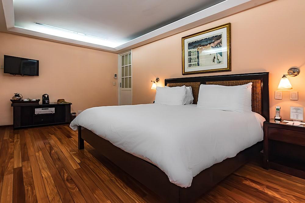 https://i.travelapi.com/hotels/2000000/1360000/1351400/1351334/1305003d_z.jpg