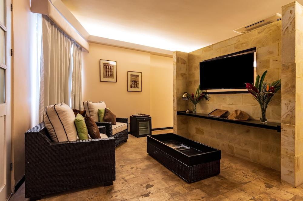 https://i.travelapi.com/hotels/2000000/1360000/1351400/1351334/ade5bd59_z.jpg