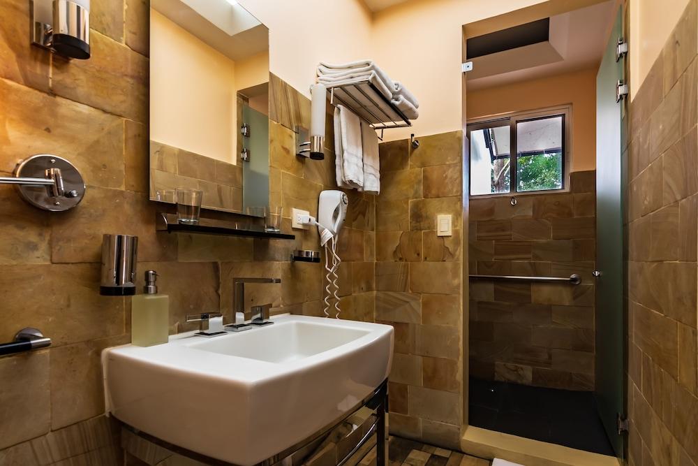 https://i.travelapi.com/hotels/2000000/1360000/1351400/1351334/afff8b8d_z.jpg