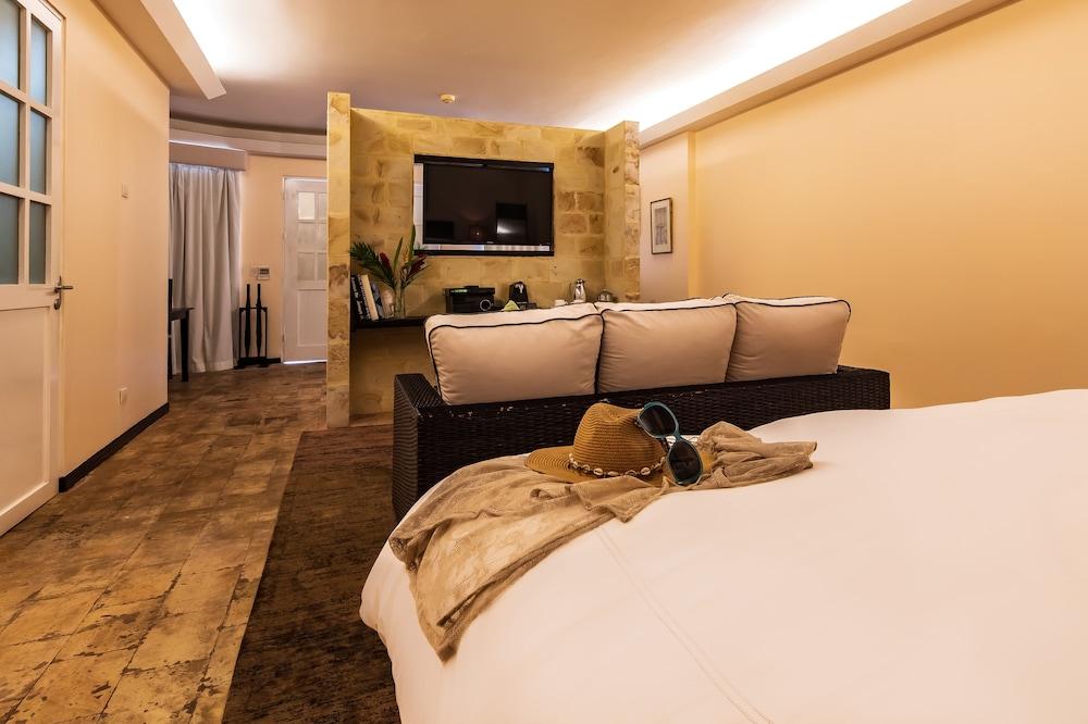 https://i.travelapi.com/hotels/2000000/1360000/1351400/1351334/d87c811c_z.jpg