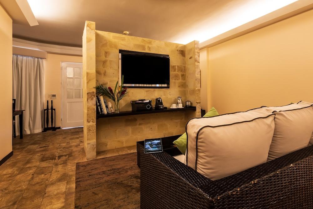 https://i.travelapi.com/hotels/2000000/1360000/1351400/1351334/e61178e8_z.jpg