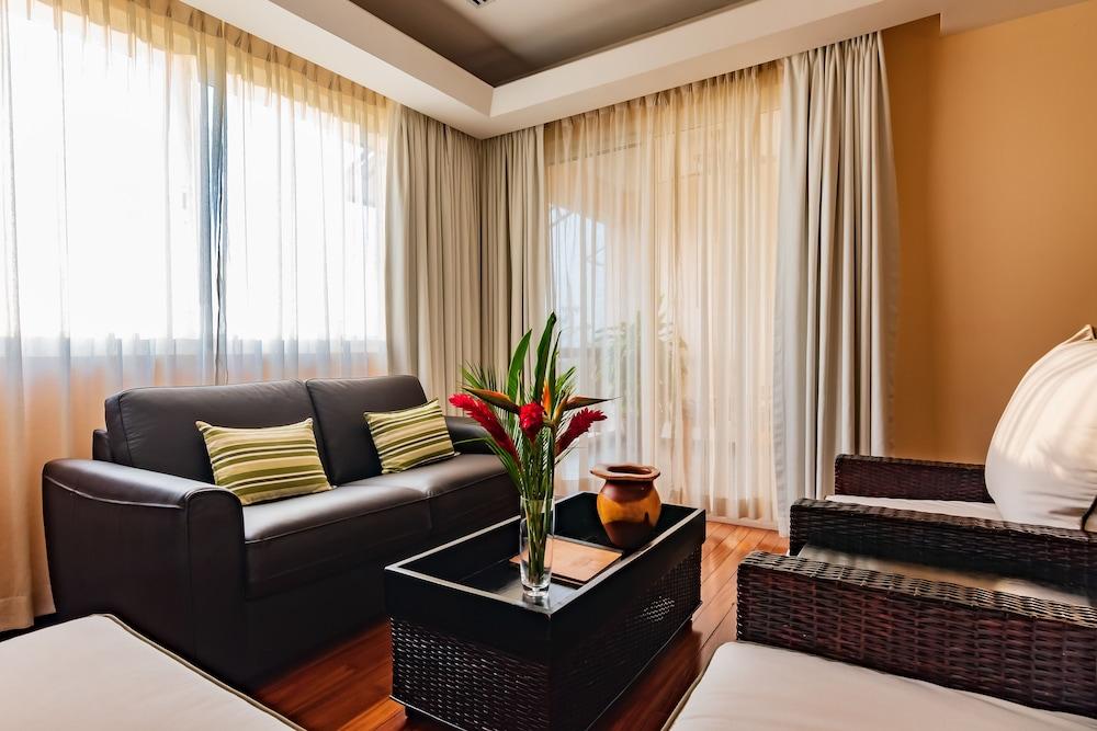 https://i.travelapi.com/hotels/2000000/1360000/1351400/1351334/eaec5cdb_z.jpg