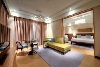Executive Suite with 2 way airport transfers, happy hours and 24 hrs check out