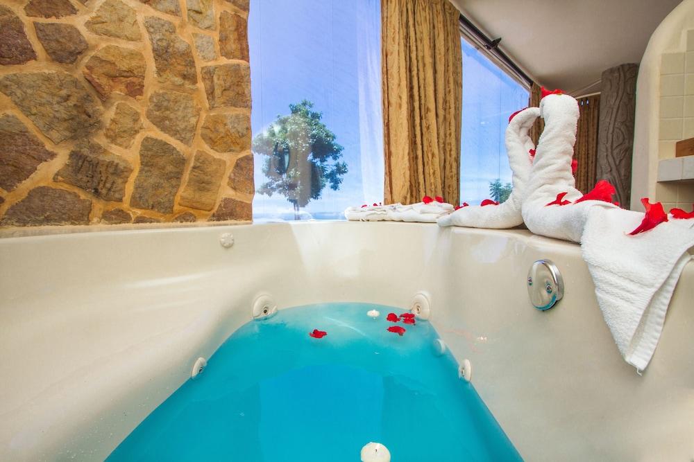 이시모 스위트 부티크 호텔 & 스파 성인 전용(Issimo Suites Boutique Hotel & Spa - Adults Only) Hotel Image 24 - Jetted Tub