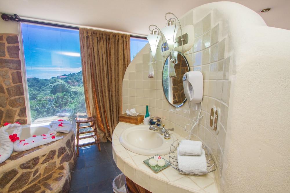이시모 스위트 부티크 호텔 & 스파 성인 전용(Issimo Suites Boutique Hotel & Spa - Adults Only) Hotel Image 26 - Bathroom Sink