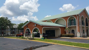 Hotel Front at Shining Light Inn & Suites in Kissimmee