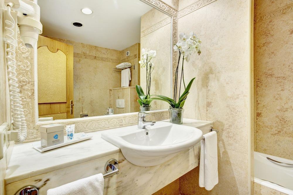 https://i.travelapi.com/hotels/2000000/1380000/1374800/1374799/113d441c_z.jpg