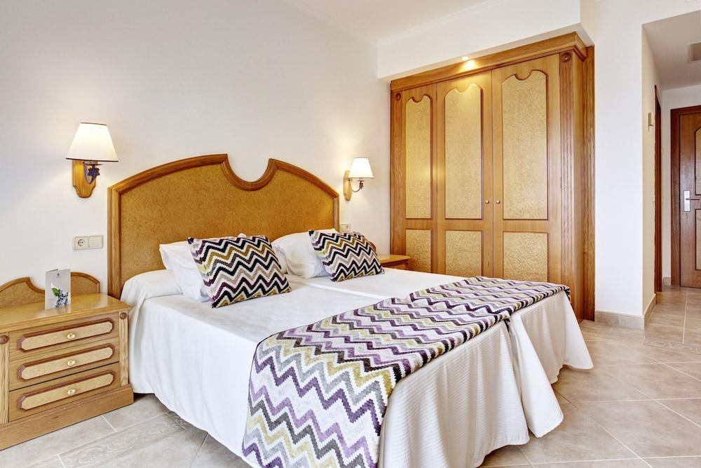 https://i.travelapi.com/hotels/2000000/1380000/1374800/1374799/4c0e016c_z.jpg