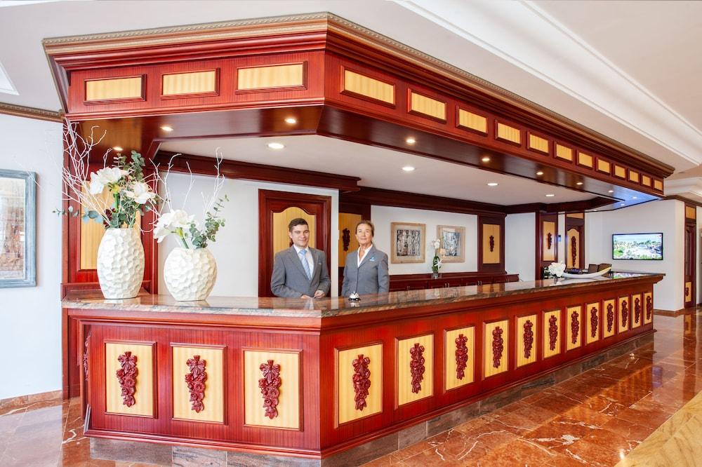 https://i.travelapi.com/hotels/2000000/1380000/1374800/1374799/70916977_z.jpg