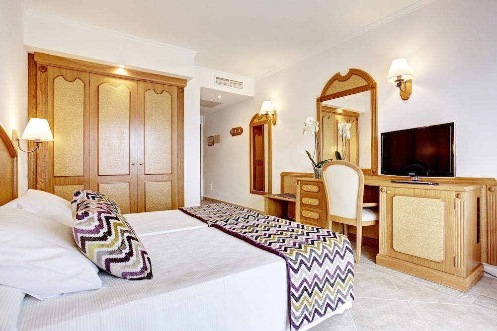 https://i.travelapi.com/hotels/2000000/1380000/1374800/1374799/abb3b4e3_z.jpg