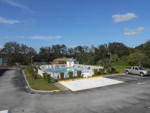 . Executive Garden Titusville Hotel