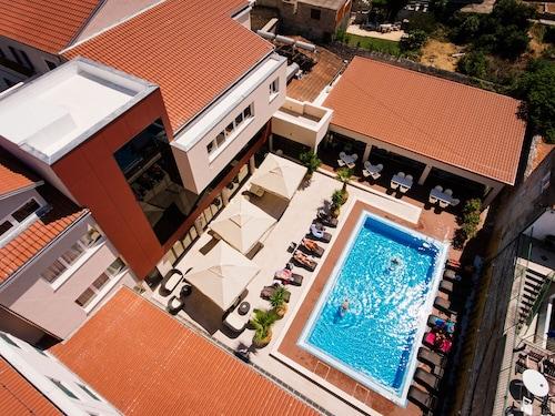 . Hotel Borovnik