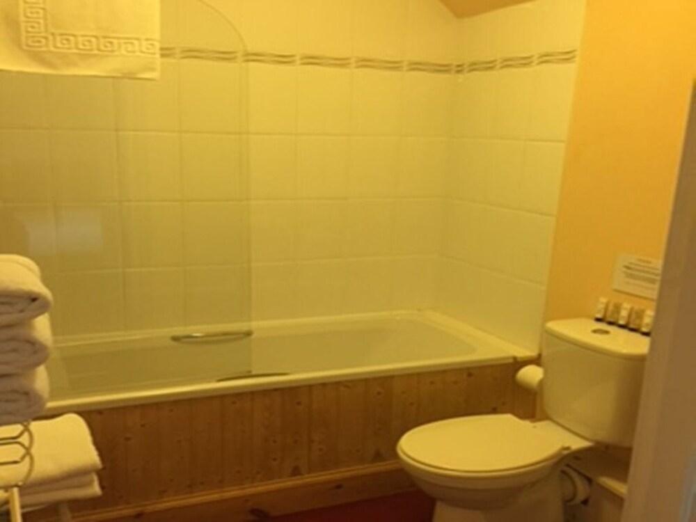 클로벤퍼즈 컨트리 인(Clovenfords Country Inn) Hotel Image 11 - Bathroom
