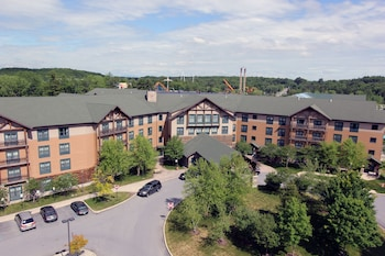 Hotel - Six Flags Lodge & Indoor Waterpark - Park Access Included