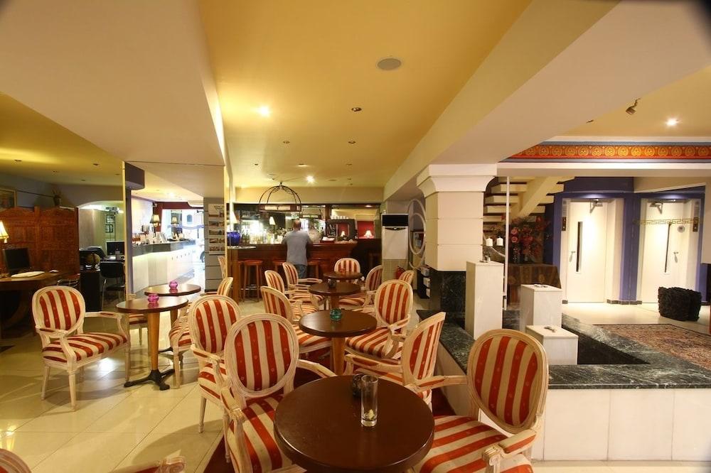 https://i.travelapi.com/hotels/2000000/1390000/1387900/1387862/6c1dea3e_z.jpg