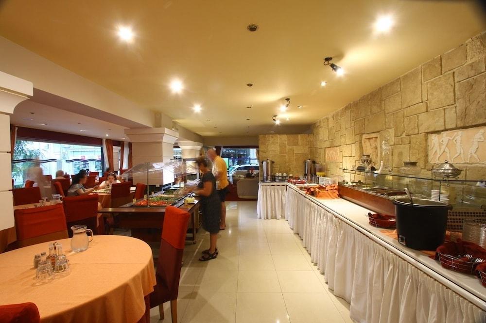 https://i.travelapi.com/hotels/2000000/1390000/1387900/1387862/d0162558_z.jpg