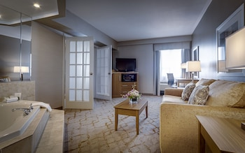 Deluxe King Suite with Jetted Tub-Separate Living Room