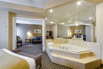 Deluxe Queen Suite with Jetted Tub-Separate Living Room