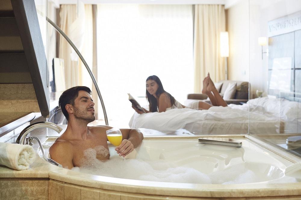 https://i.travelapi.com/hotels/2000000/1400000/1399100/1399041/1cc1ea33_z.jpg