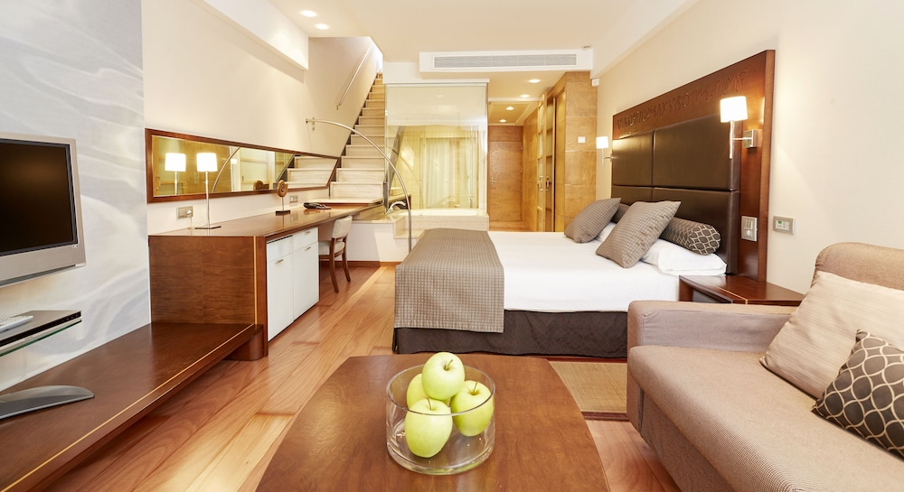 https://i.travelapi.com/hotels/2000000/1400000/1399100/1399041/493818b4_z.jpg