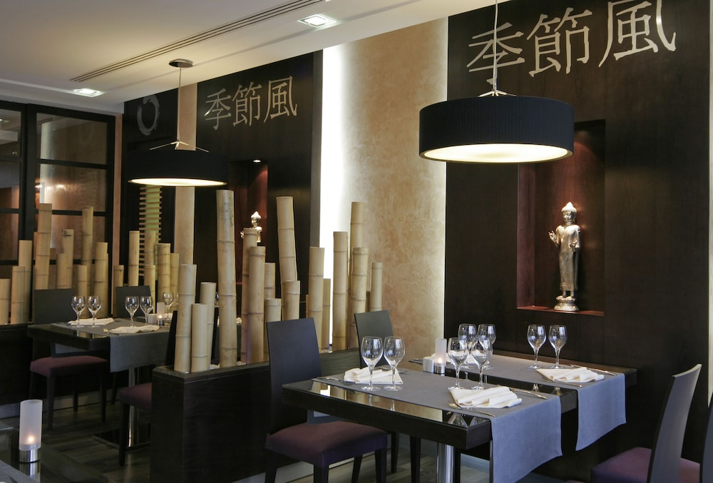 https://i.travelapi.com/hotels/2000000/1400000/1399100/1399041/6509916a_z.jpg