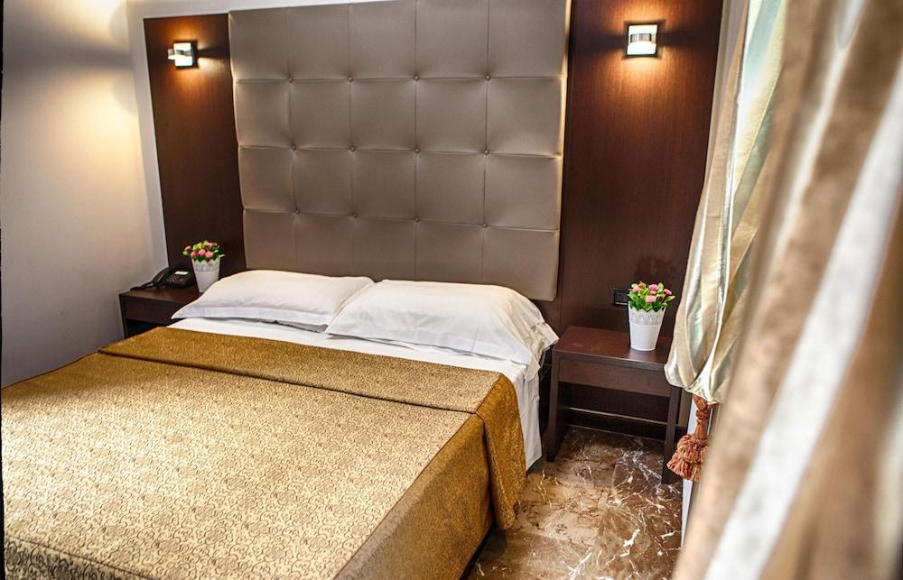 호텔 데스테(Hotel D'Este) Hotel Image 4 - Guestroom