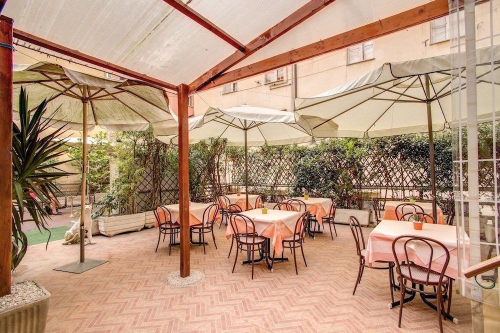 호텔 데스테(Hotel D'Este) Hotel Image 10 - Outdoor Dining