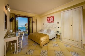 Tek Büyük Veya İki Ayrı Yataklı Oda, Balkon, Deniz Manzaralı