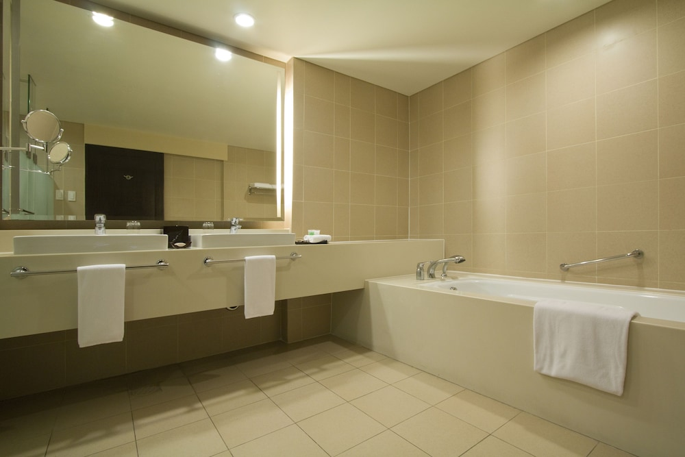 https://i.travelapi.com/hotels/2000000/1410000/1404100/1404044/cef3ca0f_z.jpg