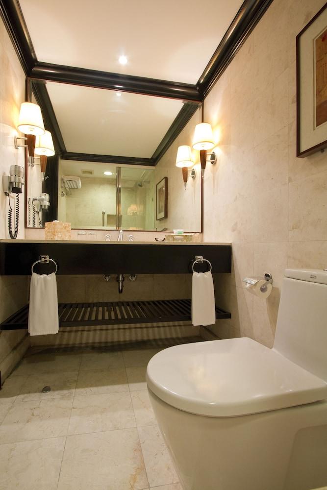 https://i.travelapi.com/hotels/2000000/1410000/1404100/1404044/f790b79c_z.jpg