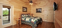 Premier Cabin, 3 Bedrooms, Hot Tub, Valley View (Sleeps up to 12)