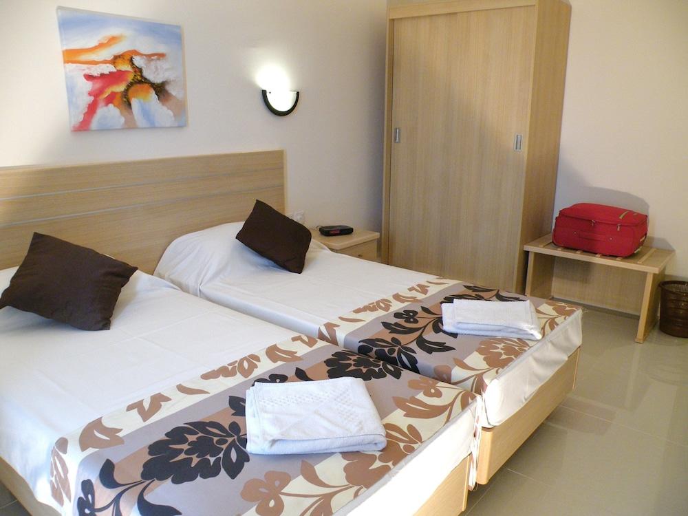 https://i.travelapi.com/hotels/2000000/1430000/1424100/1424041/154919ac_z.jpg