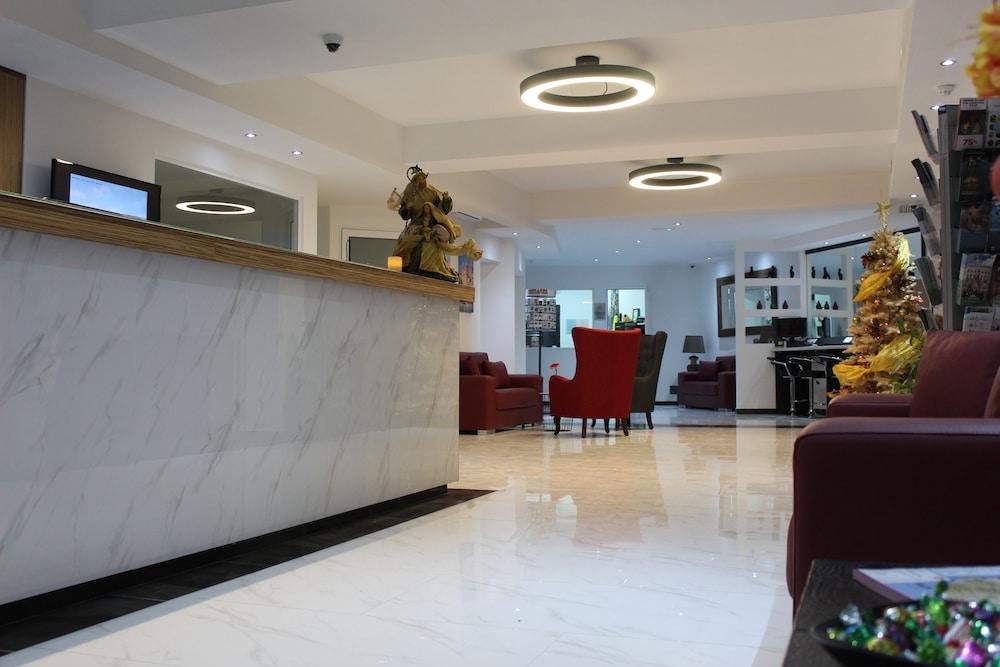 https://i.travelapi.com/hotels/2000000/1430000/1424100/1424041/1c84fbcf_z.jpg