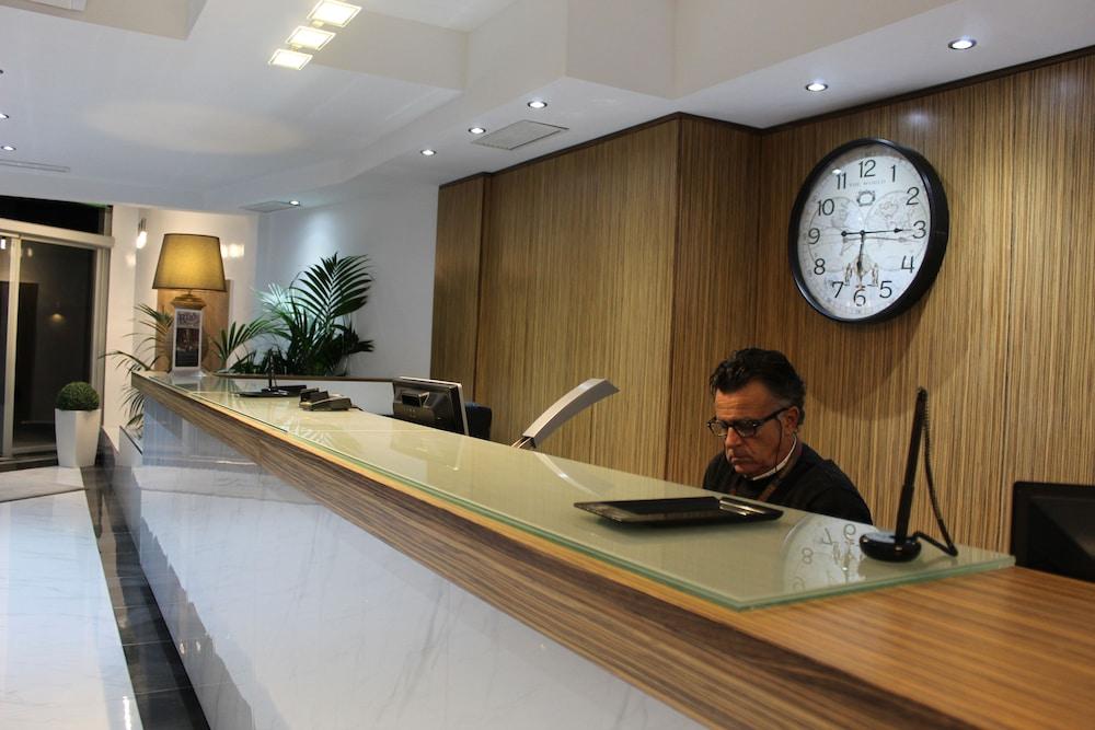 https://i.travelapi.com/hotels/2000000/1430000/1424100/1424041/7fad922b_z.jpg