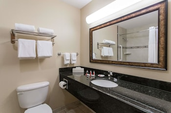 Days Inn & Suites by Wyndham Fort Pierce I-95 - Bathroom  - #0