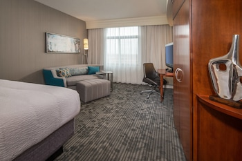 Guestroom at Courtyard by Marriott Gaithersburg Washingtonian Center in Gaithersburg
