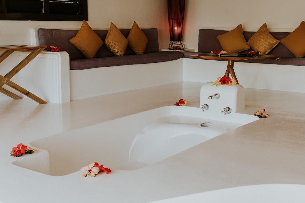 https://i.travelapi.com/hotels/2000000/1450000/1448000/1447959/bdf31e4a_z.jpg