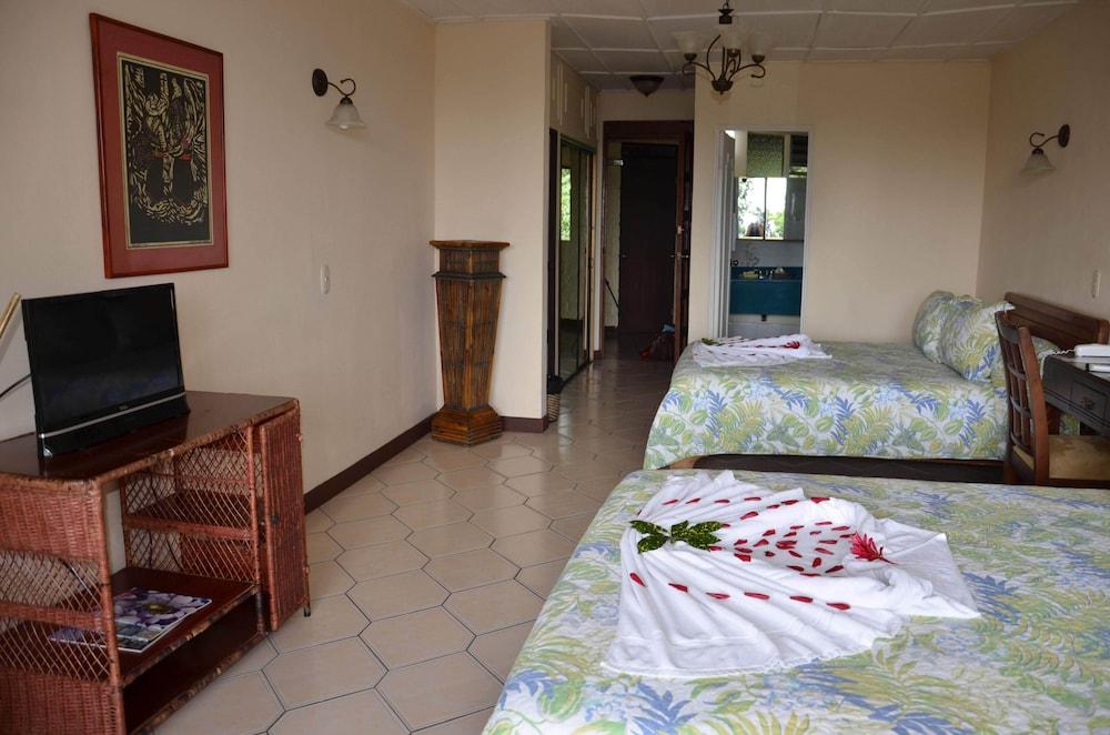 https://i.travelapi.com/hotels/2000000/1450000/1449600/1449546/1c2700b8_z.jpg
