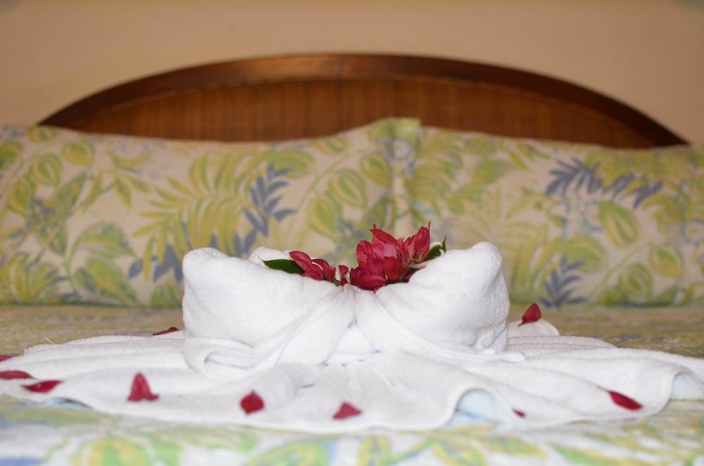 https://i.travelapi.com/hotels/2000000/1450000/1449600/1449546/42b351b8_z.jpg