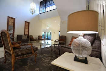 Lobby Lounge at Grand Mercure The Hills Lodge in Castle Hill